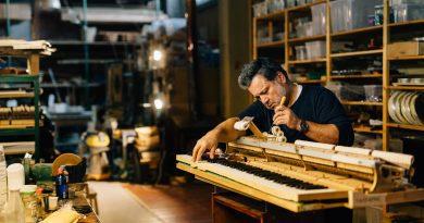 O άνθρωπος που κατασκευάζει πιάνα σ' ένα χωριό της Χαλκιδικής
